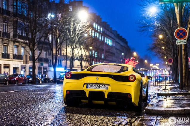 Gespot: Ferrari 458 Speciale in regenachtig Parijs