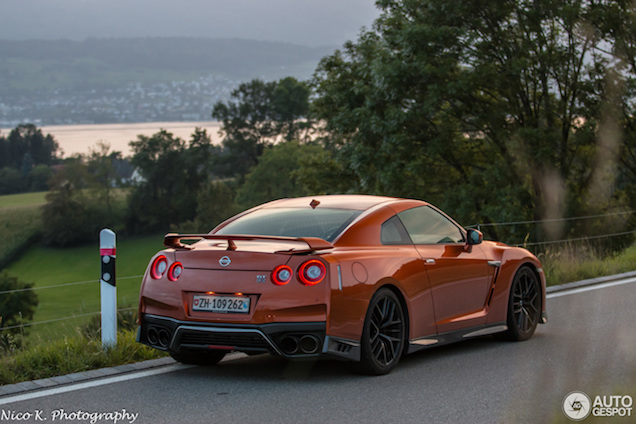 Nissan GT-R kleurt heerlijk in het avondlicht