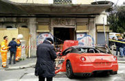 Parkeerwacht crasht Ferrari 599 GTB van Cars & Business lid in Rome