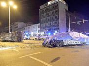 BMW testrijder veroorzaakt ongeluk met politiebusje