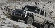 Un Mercedes-Benz G 63 AMG 6x6 escalade une montagne en Toscane
