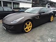 Lekker fout: matzwarte Ferrari FF met gele velgen