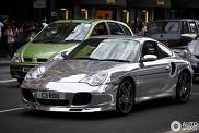 Ook zonder zon lekker shiny: Chromen Porsche 996 Turbo