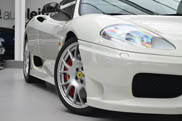 Witte Ferrari Challenge Stradale is te knap om in de showroom te staan