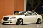 Verlaagde Chrysler 300C verbaast in Dubai
