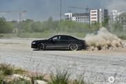 Audi S8 Plus laat stofwolk achter