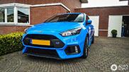 Blauwe Ford Focus RS schittert in Nederland
