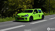 Gifgroene Renault Clio V6 gespot