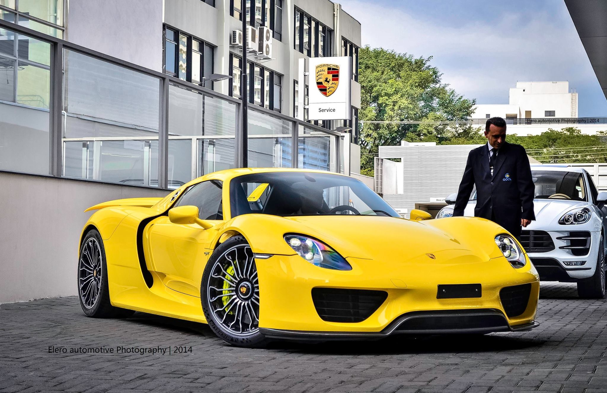 enfin plus de photos de la porsche 918 spyder jaune. Black Bedroom Furniture Sets. Home Design Ideas