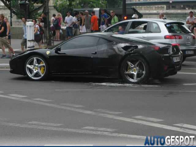 Ferrari 458 Italia in de brand in hartje Parijs