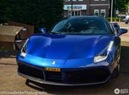In Rotterdam rijden vrouwen een blauwe Ferrari 488 GTB