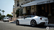 Fraaie Ferrari F12berlinetta in two-tone gespot in Monaco