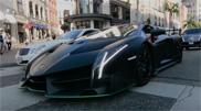Met je Lamborghini Veneno Roadster door Beverly Hills paraderen