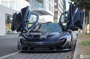 In deze McLaren P1 rijdt een heel blij kind mee