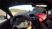 Filmpje: Daniel Ricciardo knalt een Aston Martin de heuvel af
