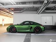 Speciaal groen kleurtje op een Porsche Cayman GTS gespot