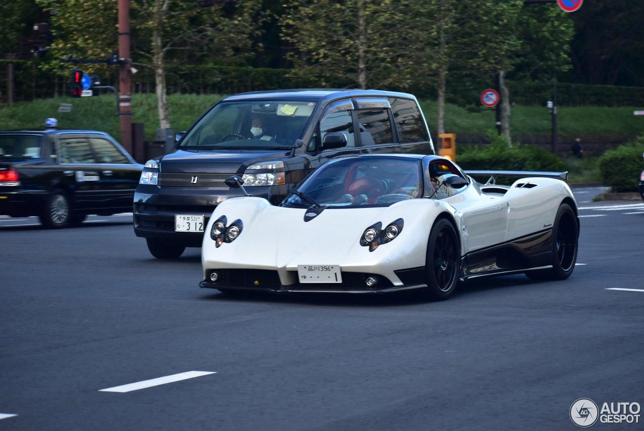 Pagani Zonda C12-F worstelt zich door verkeer in Japan