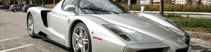 Zilverkleurige Enzo Ferrari is schilderachtig mooi
