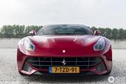 Spot van de dag: kersenrode Ferrari F12berlinetta