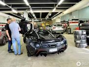Mika Häkkinen geniet van het leven in een McLaren P1
