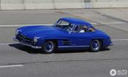 Ein blauer Mercedes-Benz 300SL Gullwing