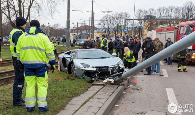 Gespot: gecrashte Aventador in Estland