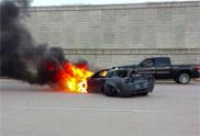 Filmpje: Corvette klapt op muur tijdens sprint op snelweg