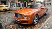 Oranje staat Bentley Mulsanne Speed lekker snel