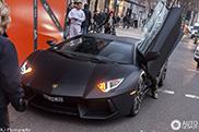 Pierre-Emerick Aubameyang gaat shoppen in zijn Lamborghini