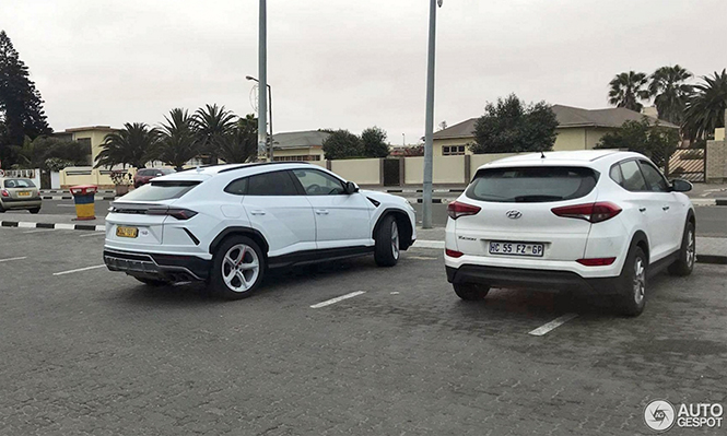 Lamborghini Urus staat rustig geparkeerd in Namibië
