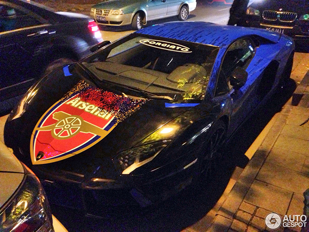 Arsenal FC fan wrapt zijn Lamborghini Aventador in clubthema