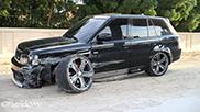 Beschädigter Range Rover steht verlassen in Dubai