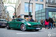 Questa Mercedes SLS AMG Roadster verde è davvero unica!