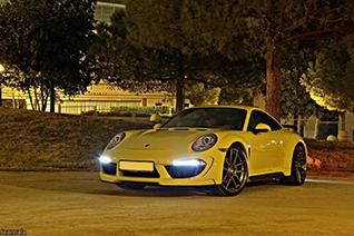 Gele TopCar Stingray straalt in nachtelijk Barcelona