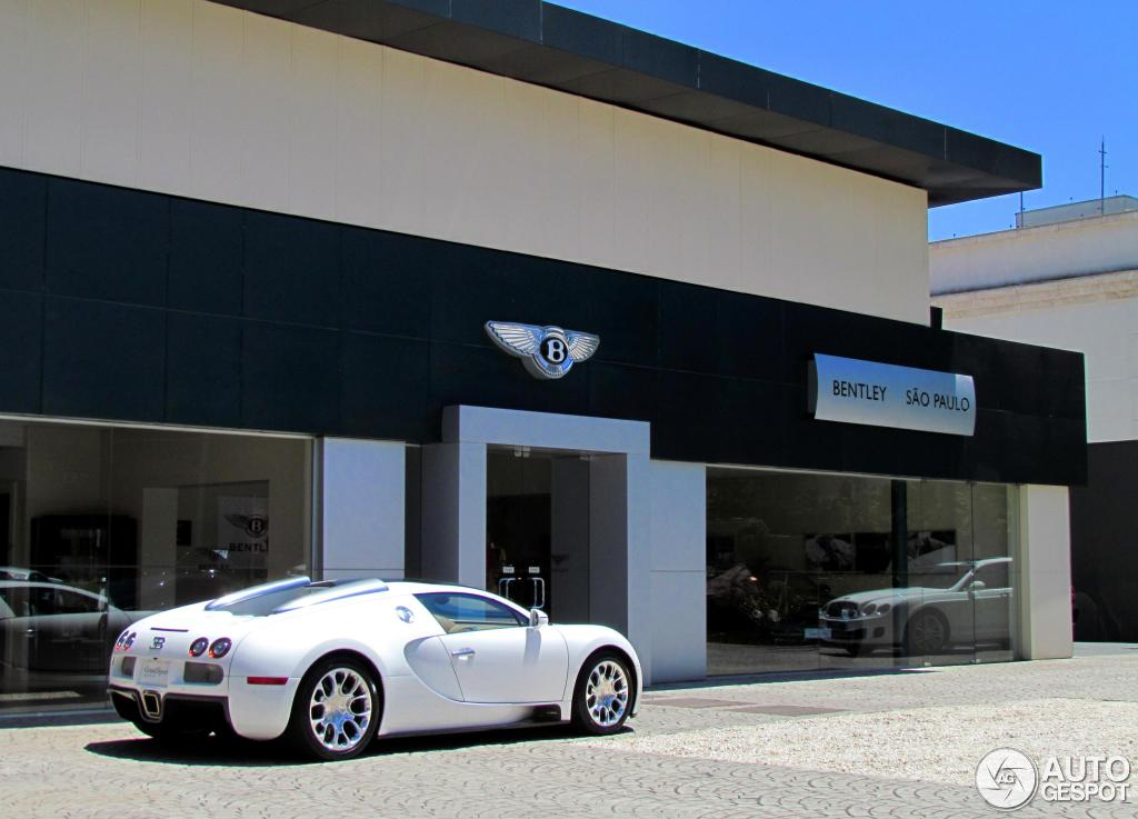 bugatti veyron 16 4 grand sport at a dealership in s o paulo. Black Bedroom Furniture Sets. Home Design Ideas