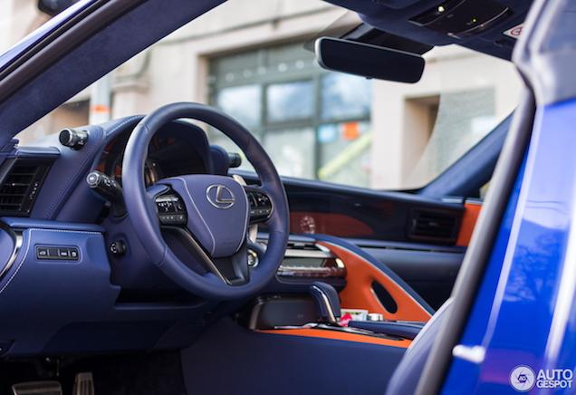 De Lexus LC 500 Structural Blue Edition heeft een apart interieur