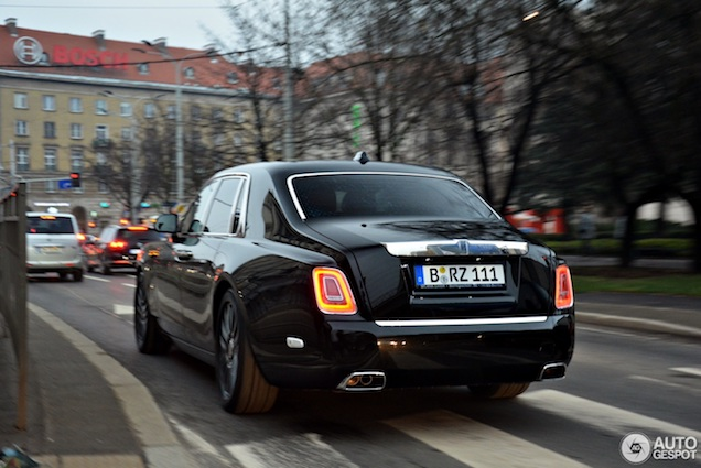 Gespot: Rolls-Royce Phantom VIII in stemmig zwart
