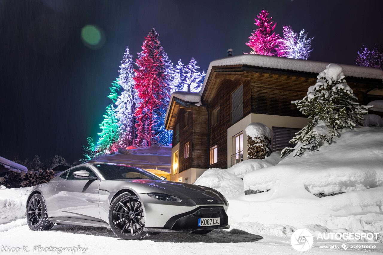 Aston Martin V8 Vantage geniet van de sneeuw