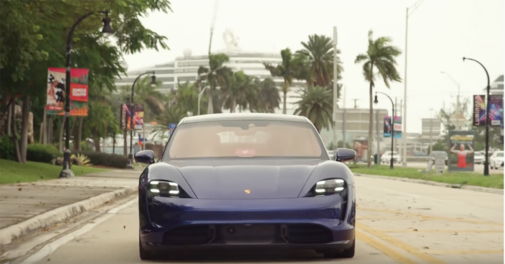 Filmpje: Will Smith geeft mensen een lift in Porsche Taycan Turbo S