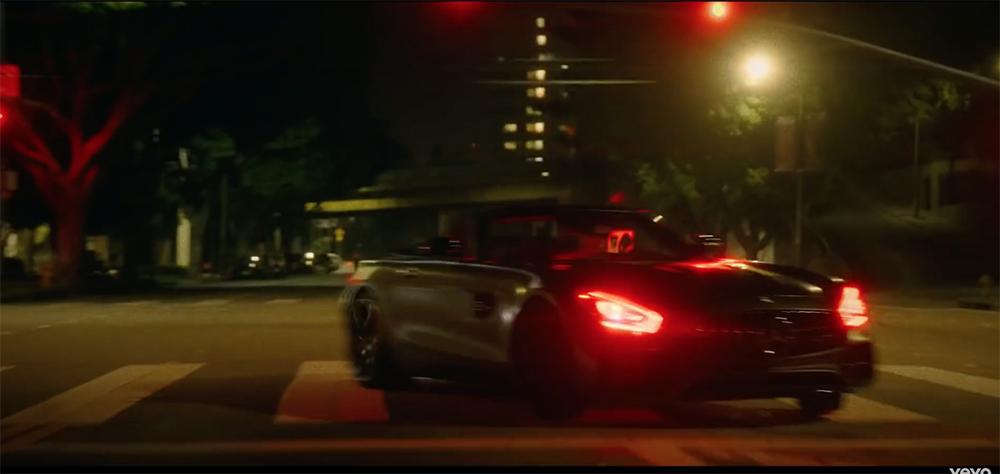 Tenenkrommende fouten met auto's in videoclips en films