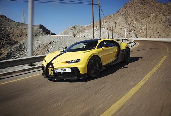 Andy Wallace laat de Bugatti Chiron Pur Sport uit op Hajar Mountains