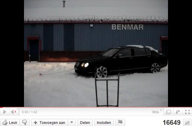 Filmpje: Bentley trekt busje uit de sneeuw