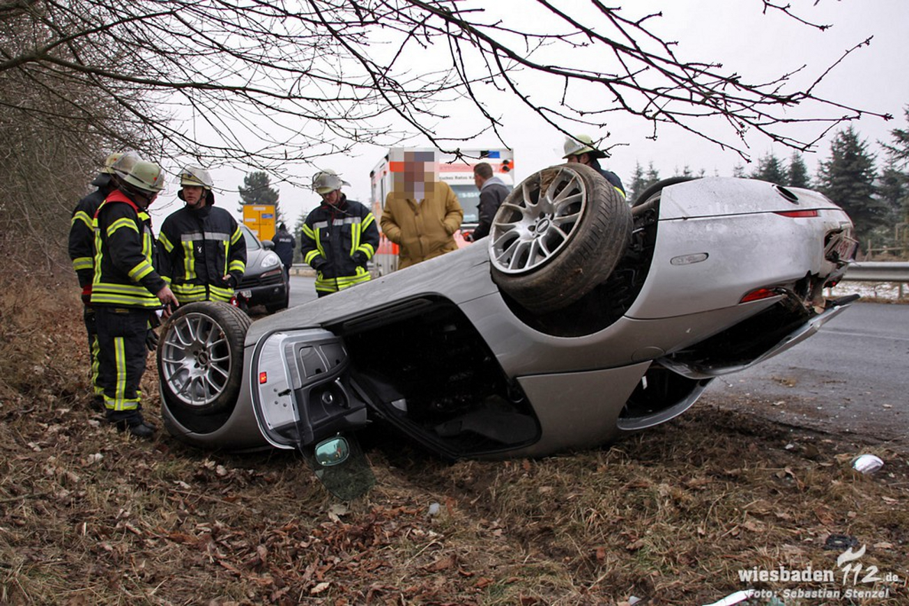 Crash Bmw Z8 Belandt Op Dak In Duitsland