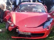 Jucatorul de fotbal Niang ajunge cu Ferrari intr-un copac