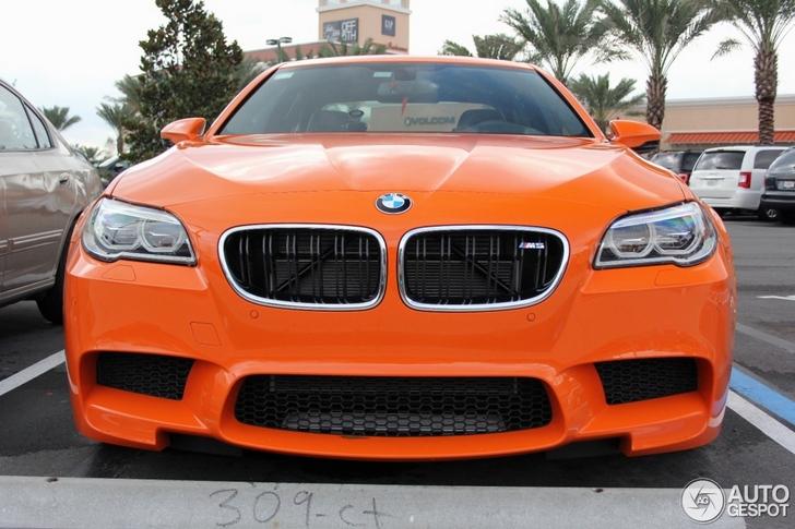 Oranje BMW M5 knalt je beeldscherm op!