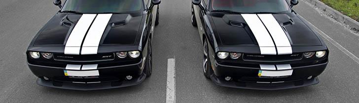 Dwa Dodge Challengery obok siebie
