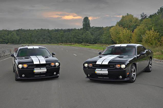 Twee Dodge Challengers gebroederlijk naast elkaar