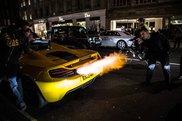Video: McLaren 12C Spider arunca flacari in Londra
