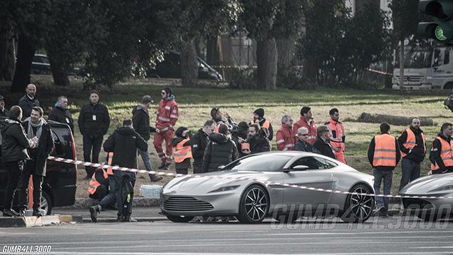 Aston Martin DB10 gespot op de set van James Bond