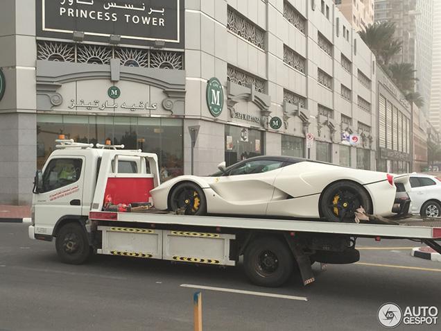 Maagdelijk witte LaFerrari gaat Dubai onveilig maken